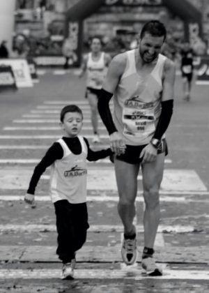 runner entrando en meta de una maraton con su hijo