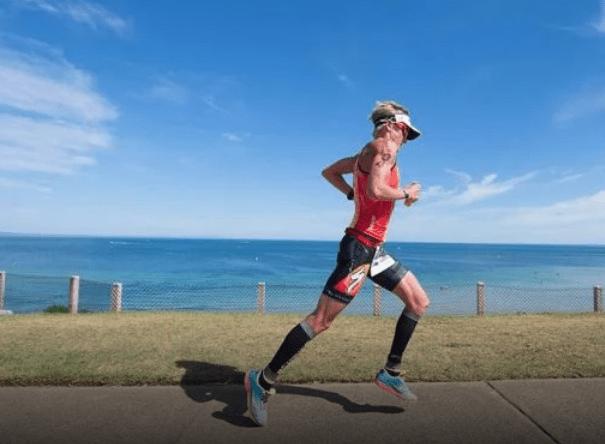 runner corriendo por la playa