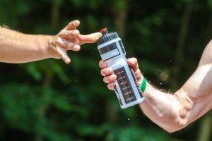 corredor bebiendo agua
